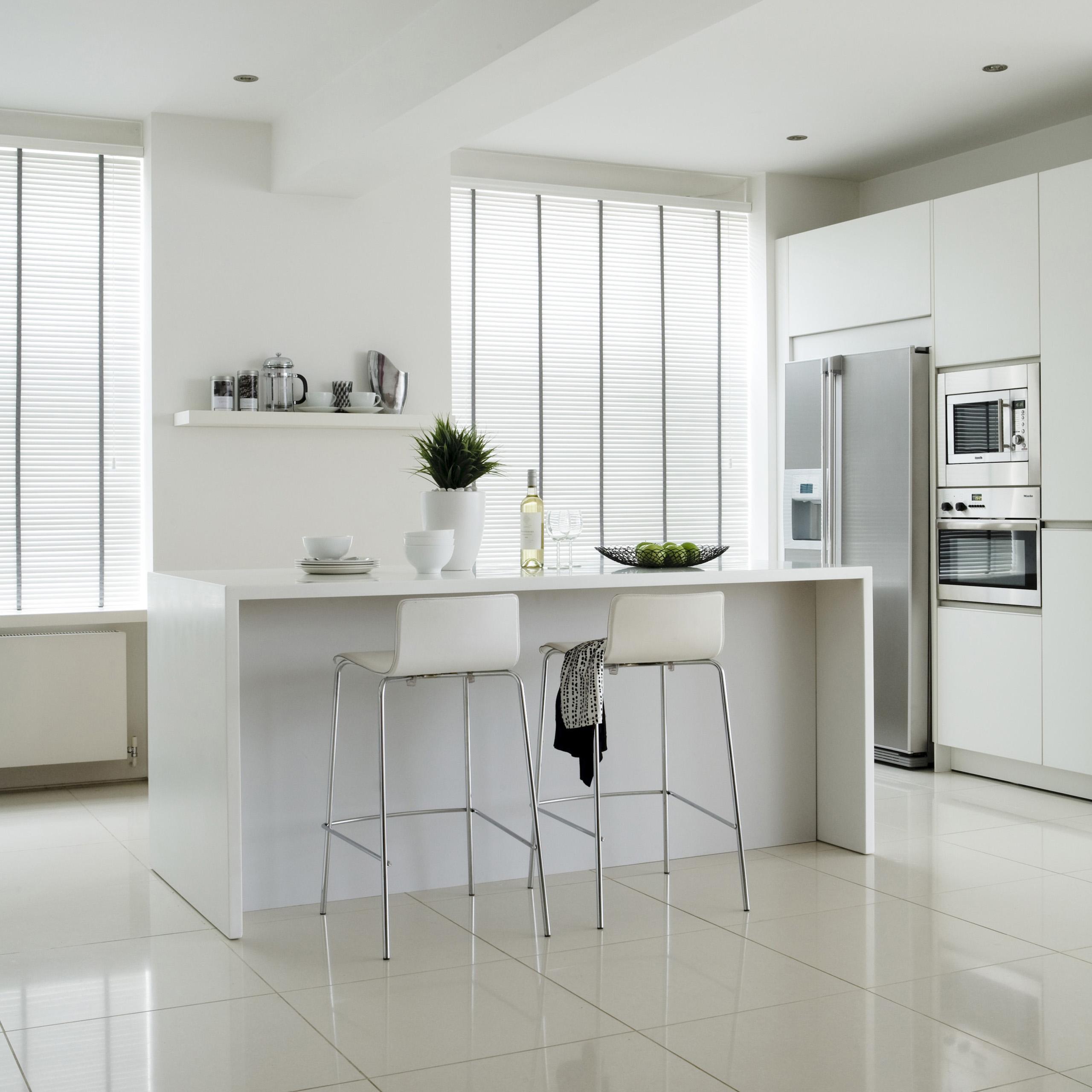 Eenvoudig schoon te maken raamdecoratie in de keuken