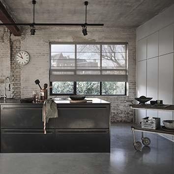 Raamdecoratie in een open keuken